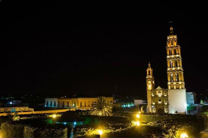 La imponente parroquia de Apóstol Santiago Foto Sol e Salamanca