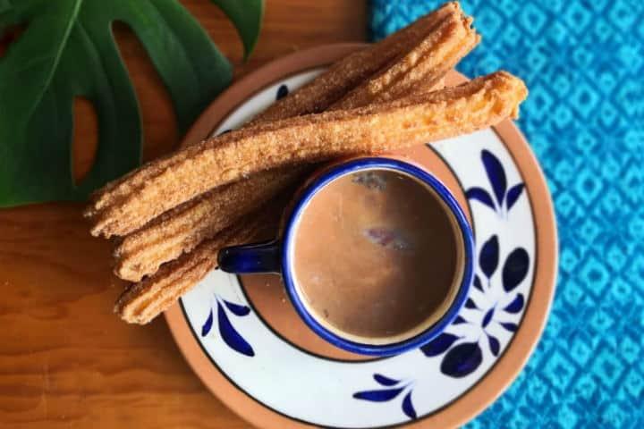 Los churros, un postre típicamente español se acompaña con chocolate, una bebida típica de los pueblos prehispánicos Foto blog Xcaret