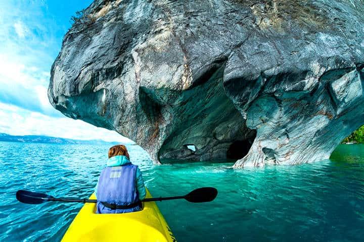Pasea en kayak en Puerto Tranquilo en la Patagonia Chilena Foto Denomades