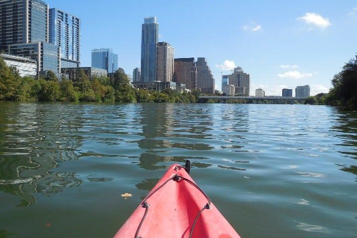 Vista de la ciudad desde el río. Foto sanwoz