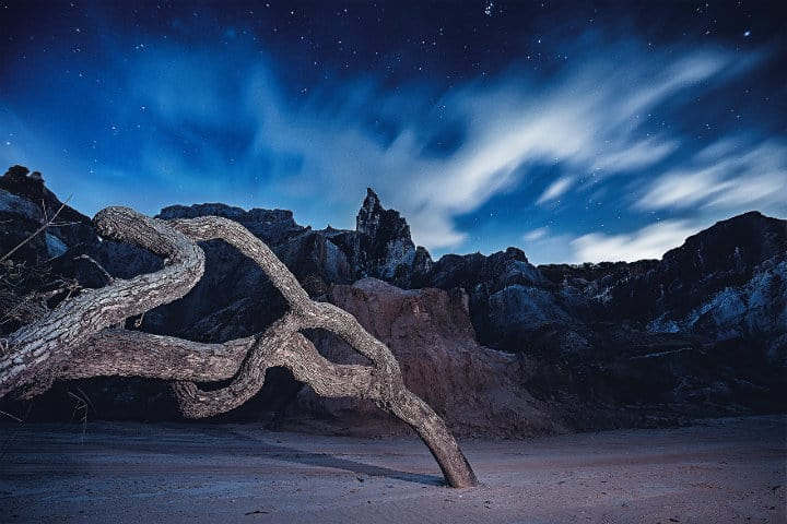 rocas en la noche