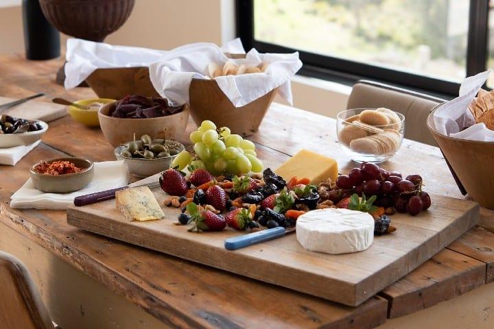 Disfruta de una tabla de quesos y acompañala con algunas frutas. Foto pen_ash