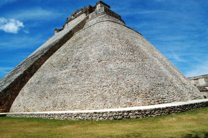 El templo del adivino, en Uxmal, es un templo simbolico para la cultura maya De tato grasso - Trabajo propio (personal work), CC BY-SA 2.5, https://commons.wikimedia.org/w/index.php?curid=2105739
