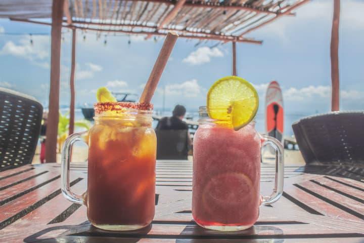 Disfruta de tus bebidas favoritas en el Caribe Foto por Zamaislamujeres