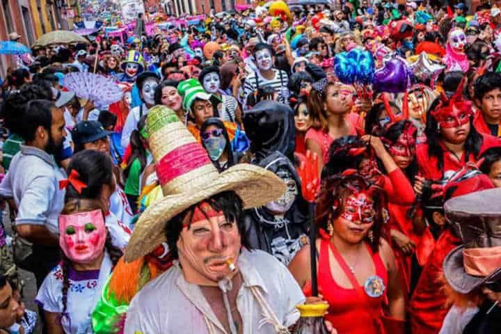 El Desfile de los Locos es una festividad mágica Foto por Clandestino Hotel