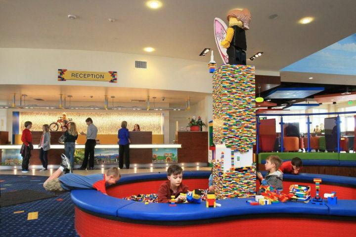 ¿Qué figura vas armar? El Hotel Legolando. Foto:California Times