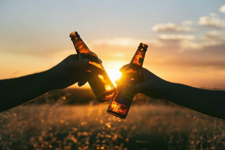 La cerveza es una deliciosa bebida para compartir entre amigos