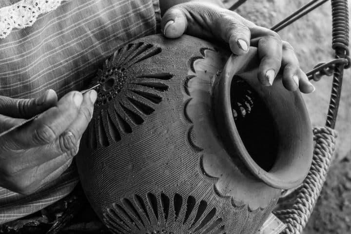 Aquí-vemos-las-manos-de-una-artesana-oaxaqueña-adornando-su-obra-de-arte.-Foto:-Giulian-Frisoni-7