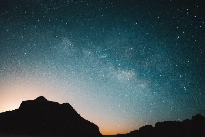 Duerme bajo un cielo despejado iluminado por estrellas en Wadi Rum en Jordania Foto Alex Azabache