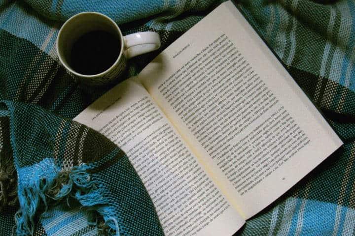 Qué hacer si llueve en tus vacaciones. Lee un libro. Foto. Thais 9