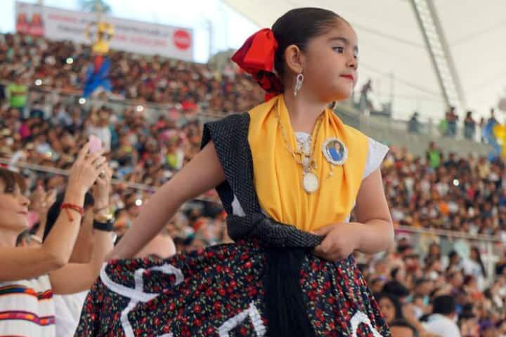 Sus seres queridos las acompañan con una foto cerca de su corazón Foto Espectáculos Oaxaca