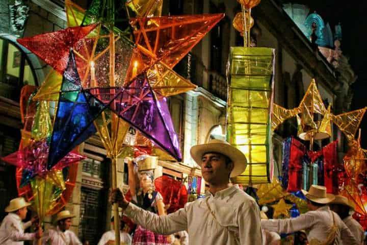 Todos participan de esta fiesta nocturna, como en este caso, los calenderos Foto Oaxaca Herencia Cultural
