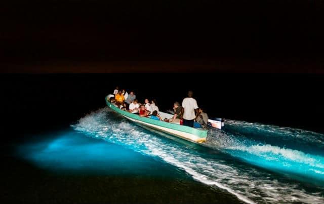 Embarcación sobre la laguna