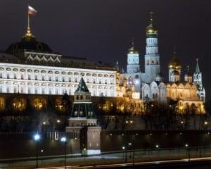 kremlin de noche desde el rio