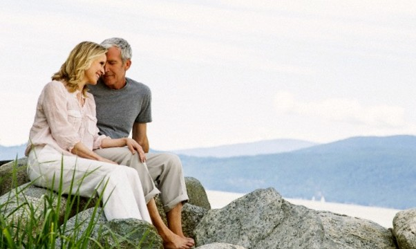 pareja madura sentada en as rocas