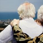 adultos viendo el horizonte