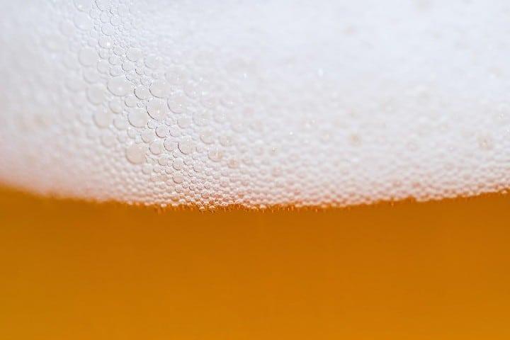 Una buena cerveza para acompañar. Foto: PatternPictures