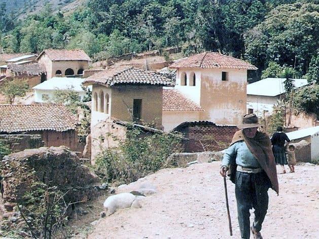 hombre caminando tomayquichua
