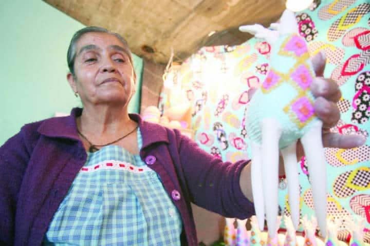 Antonia Jaramillo Vargas construyendo figuras de alfeñique. Foto Jorge Alvarado 3