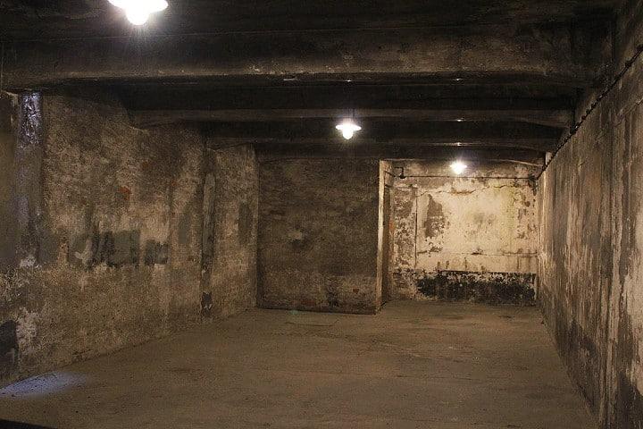 Camara-de-gas-en-Auschwitz-I-1100×733
