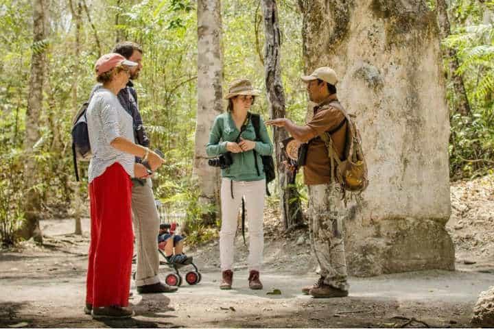 Con un guía aprenderás muchsímas cosas por tu visita en Calakmul.Foto.Ka'an expeditions.10