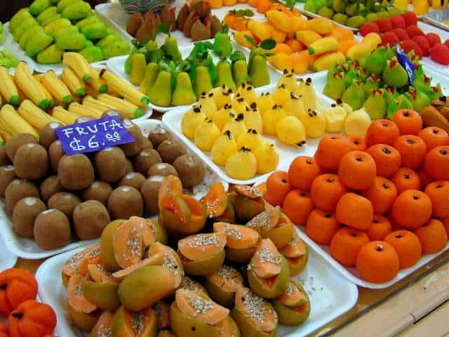 dulces de alfeñique mexicano siendo vendidos