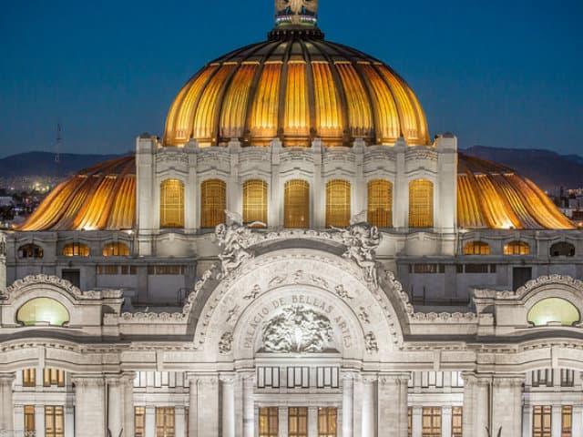 palacio de bellas artes iluminado