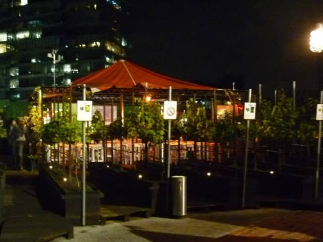 vinicola urbana de noche