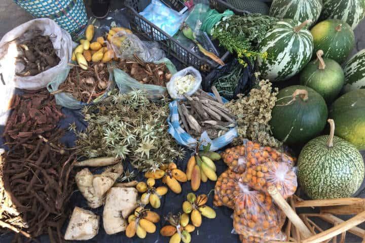 Hierbas y alimentos de diario. México. Foto: Lalo Plascencia