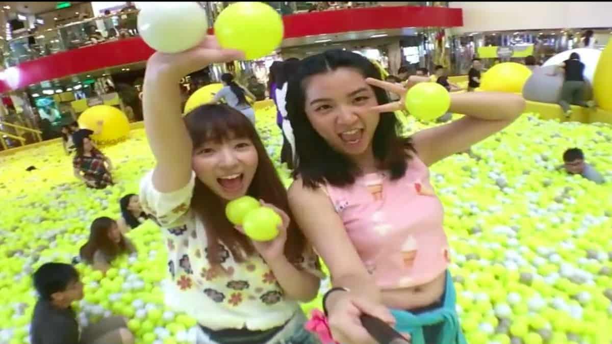 Portada Alberca de pelotas más grande del mundo. Imagen. YouTube