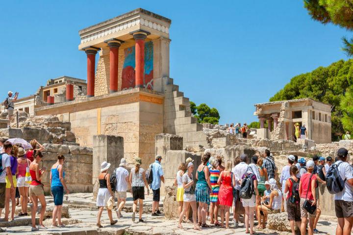 Turistas-de-todo-el-mundo-en-las-ruinas-de-los-Templos-Griegos.-Foto:-Argophilia-Travel-News-7
