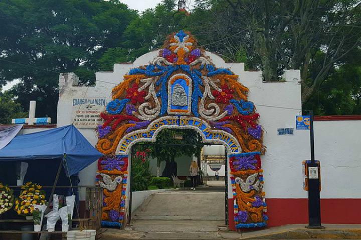 Así se ve la entrada lateral de la Parroquia de San Lucas Xochimanca Foto Juliobh1105