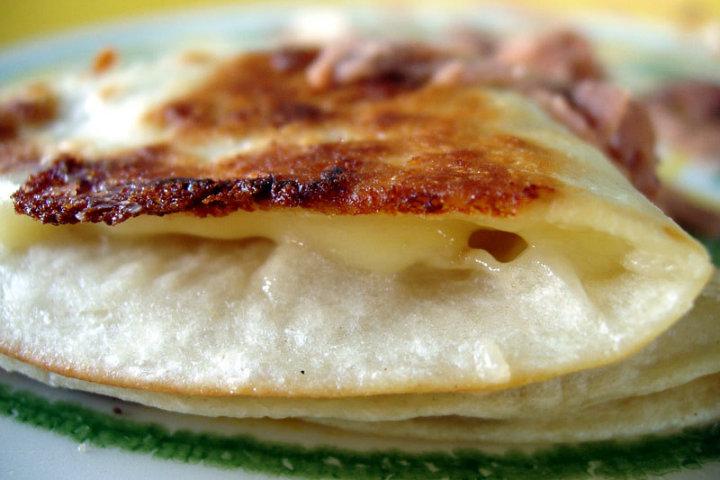 Con esa delicia de corteza de queso, ¿quién no se inspiraría a hacerle un poema a la quesadilla? Foto gwen