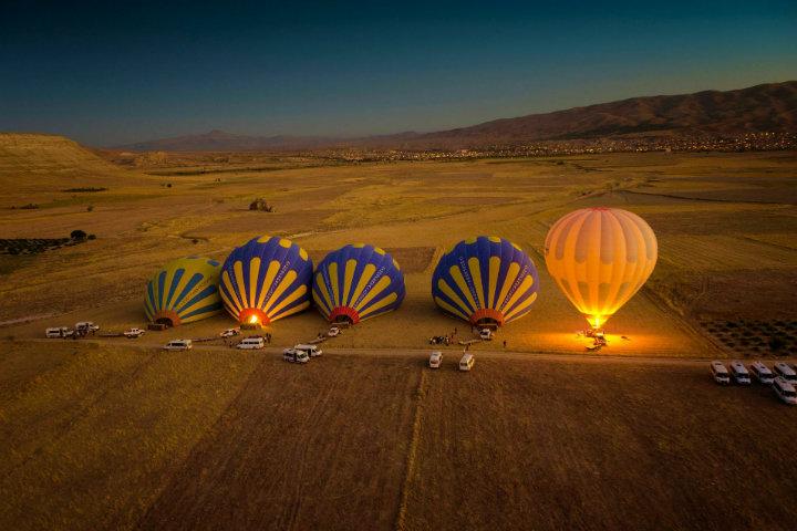 En un ambiente tranquilo, esperarás a que tu globo esté listo y comenzar tu viaje en Capadocia, Turquía Foto Takadada