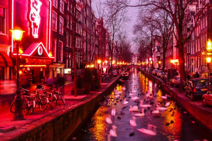 El-Turismo-Sexual-en-Ámsterdam-es-legal.-Los-turistas-asisten-al-barrio-rojo.-Foto:-Intriper-4