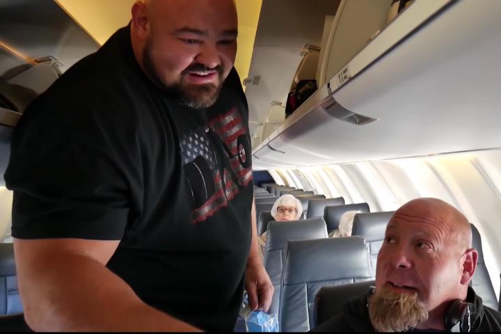 De haberse quedado en ese asiento, el chico de a lado habría terminado con la pierna dormida todo el vuelo Foto SHAWSTRENGHT