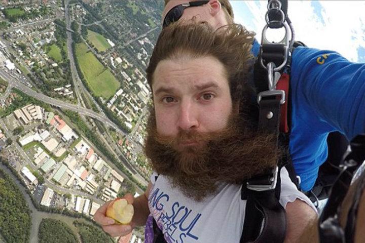 ¡Un-hombre-llama-por-Skype-a-sus-padres-mientras-se-lanza-de-un-avión!-Foto:-Meanwhile-in-Irleand-2