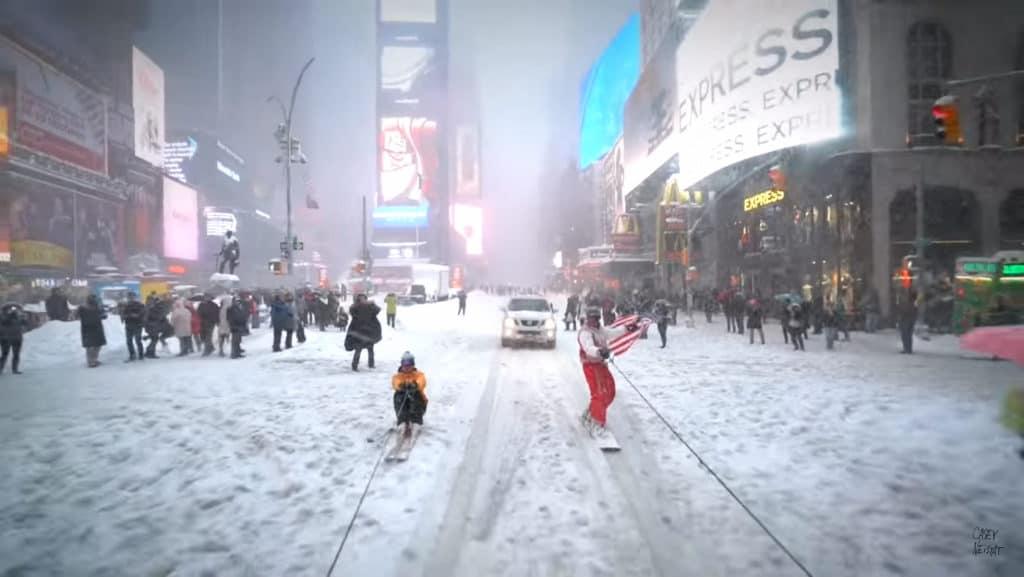 hombre esquia en NYC