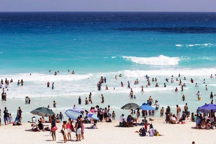 La-playa-es-parte-de-su-trabajo.-Foto:-El-informador-7