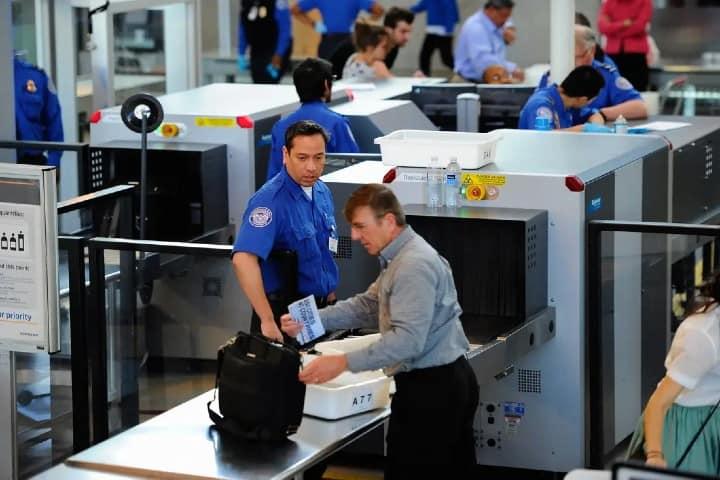Pasar-por-aquí-puede-ser-difícil-Chino-se-trepa-en-escáner-de-seguridad-Foto-Michael-Advocate-