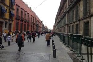 gente caminando calle moneda