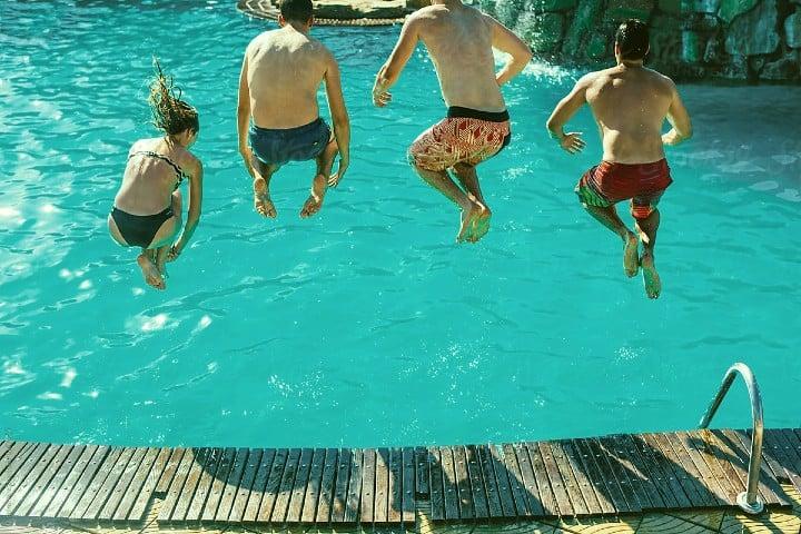 Diversión-asegurada-Gringo-millonario-construye-piscina-de-2-millones-de-USD-Foto-Stocksy-United-3