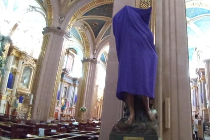 Santos cubiertos con mantas moradas como luto. Foto: Fernando López