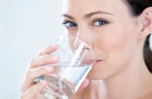 agua potable para beber mujer