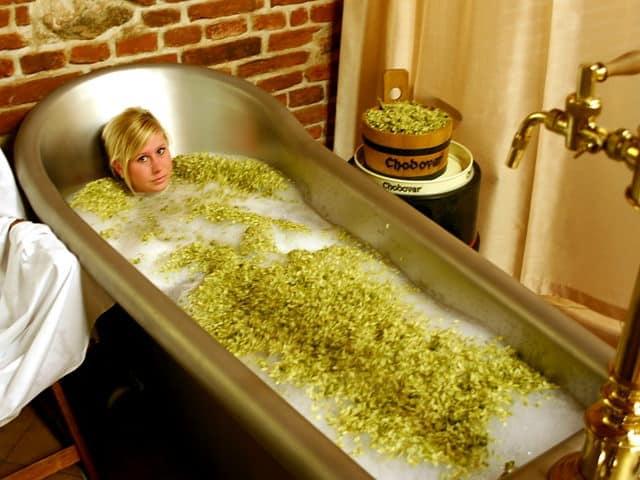 beer spa mujer bañada en cerveza