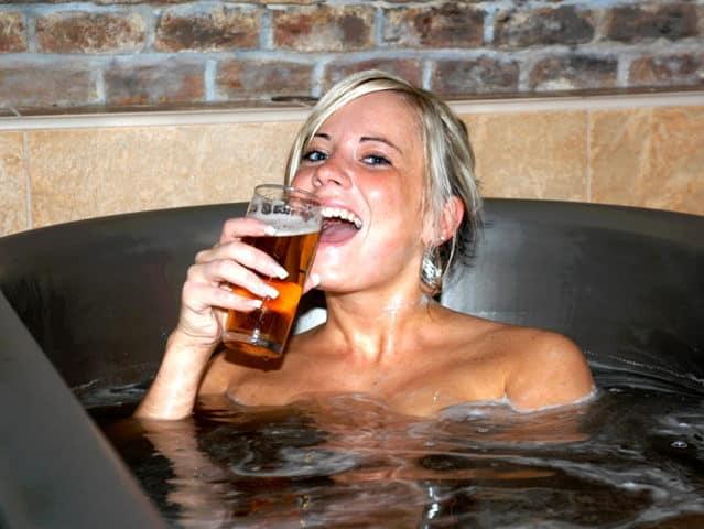beer spa republica checa mujer con chela