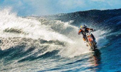 Motociclista surfeando. Foto: redbull.com