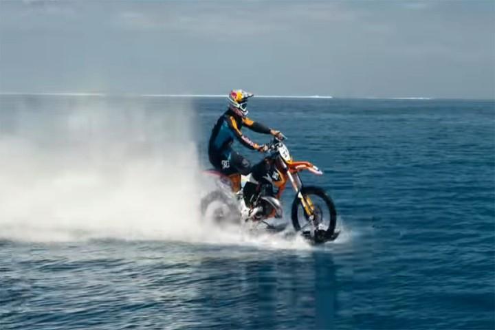 Motociclista surfeando en el mar. Foto: diariomotor.com