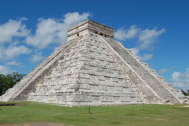 Serenata a la pirámide de Chichén Itzá. Chichén Itzá. Imagen. Manuel de Corselas