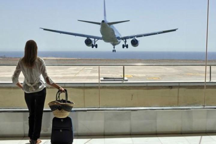 Prohíben abordar el avión a una mujer